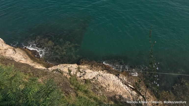 Tirebolu Kalesi tepesinden denize bakan bir fotoğraf.
