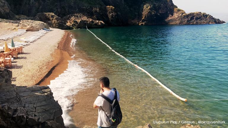 Uluburun Plajı ve kameralara çantası açık olarak yakalanmış bir Oktay Yenitürk.